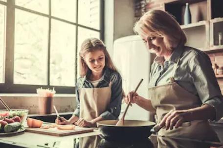 Яна (внучката на авторката) приготвя сладкиш заедно с баба си.